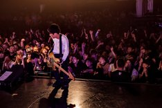"""ボトムを下げる庵原将平(Vo, B  / SHANK)。(Photo by Takashi """"TAKA"""" Konuma)"""