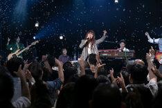「新津由衣LIVE『Ethereal Pop 2018~ワンダープラネット~』」の様子。(撮影:鈴木千佳)