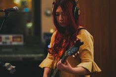 アメリカ・ロサンゼルスでレコーディングする松尾レミ(Vo, G)。