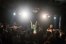 "「Laz""World"" ~Daikanyama LOOP 10th Anniversary~」でライブを披露するラズワルド。(撮影:古川朋久)"