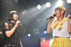 夢眠ねむ(左)と成瀬瑛美(右)。