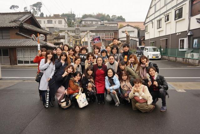 稲葉浩志のお母さんが経営する化粧品店やお兄さんの和菓子店などを巡る、岡山県・津山へのバスツアーをカフェライチが主催で実施。(画像提供 / カフェライチ)
