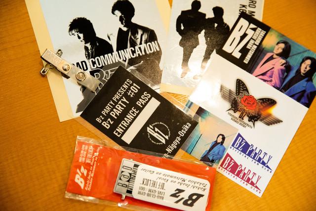 1989年の全国ツアー「B'z LIVE-GYM #001 OFF THE LOCK」のグッズや、1990年のファンクラブイベント「B'z PARTY #01」の入場パスなどレアなものを見ることができる。