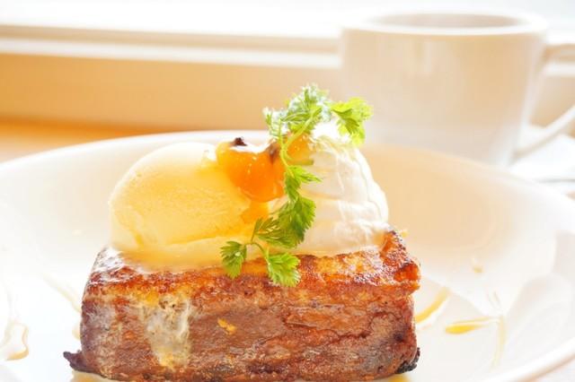 カステラフレンチトースト ドリンクセット(980円)は14時から注文できる。(画像提供 / カフェライチ)