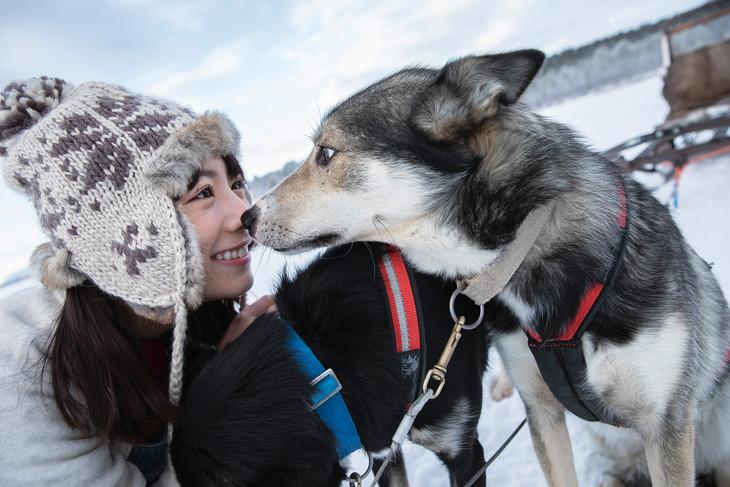 犬と見つめ合う北野日奈子。(撮影:藤本和典)