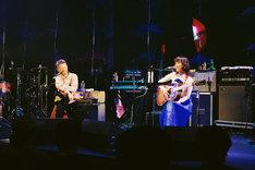 左から長岡亮介(ペトロールズ)、Rei。(撮影:信岡麻美)