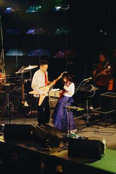 長岡亮介(ペトロールズ)とReiのギターバトルの様子。(撮影:信岡麻美)