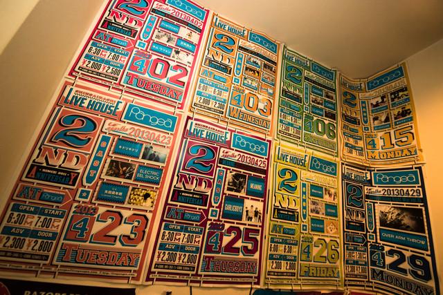 楽屋のトイレの壁には、過去の公演のポスターが貼られている。