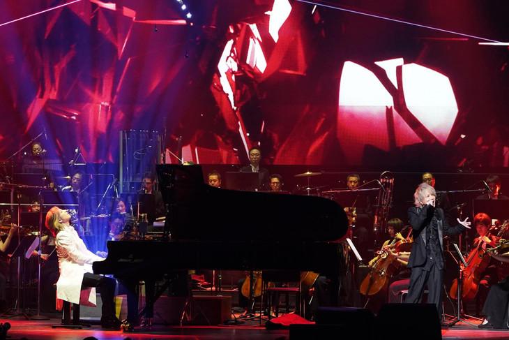 「YOSHIKI CLASSICAL 2018 ~紫に染まった夜~ YOSHIKI with Philharmonic Orchestra」YOSHIKIとHYDEの共演シーン。