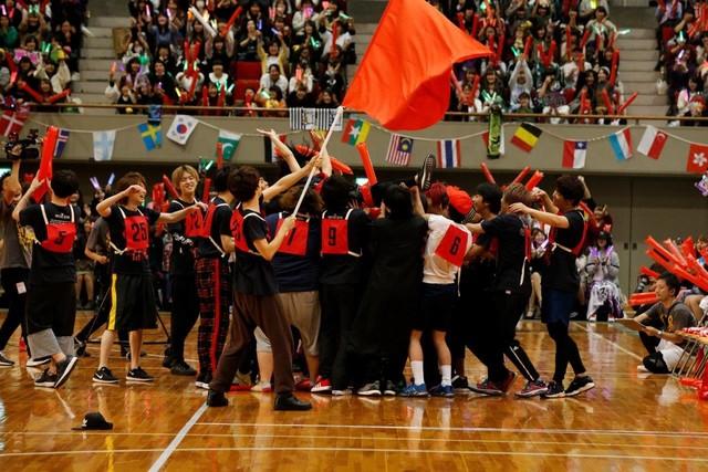 選抜リレーでアンカーを務めたピコを胴上げする赤組の選手たち。(撮影:小境勝巳、都築大輔)