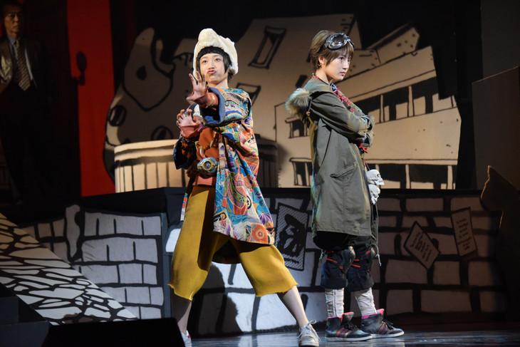 舞台「鉄コン筋クリート」公開ゲネプロより。左から三戸なつめ演じるシロ、若月佑美(乃木坂46)演じるクロ。