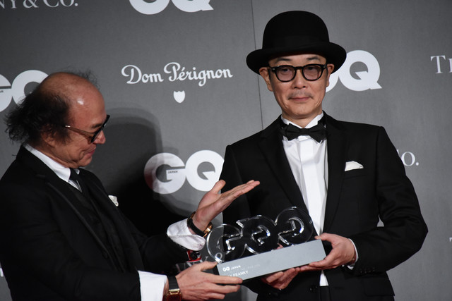 「GQ JAPAN」鈴木正文編集長からトロフィーを受け取るリリー・フランキー。