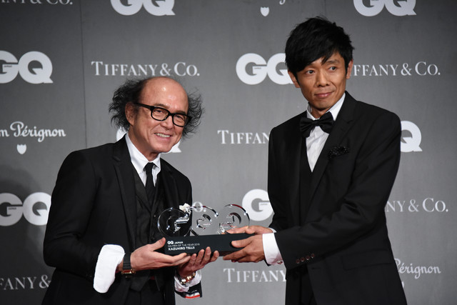 「GQ JAPAN」鈴木正文編集長からトロフィーを受け取る国枝慎吾。