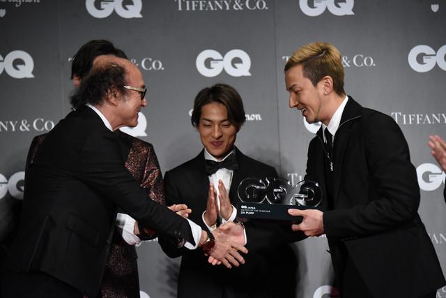 「GQ JAPAN」鈴木正文編集長からトロフィーを受け取るISSA。