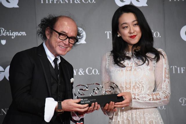 「GQ JAPAN」鈴木正文編集長からトロフィーを受け取る浅田真央。