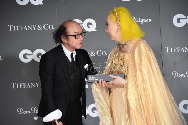 「GQ JAPAN」鈴木正文編集長からトロフィーを受け取る美輪明宏。