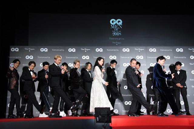 シュートダンスを踊る「GQ MEN OF THE YEAR 2018」登壇者たち。