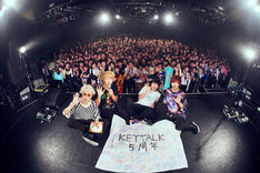 KEYTALK「KEYTALK Major Debut 5th Anniversary Special Live ~そこらのギターかき鳴らして歌い出して5年目の真実~」で撮影された記念写真。(撮影:後藤壮太郎)