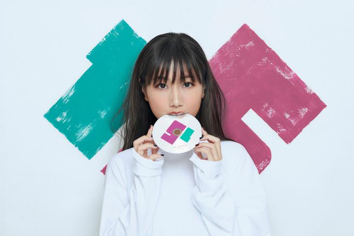 CDを食べる大塚愛の最新ビジュアル。