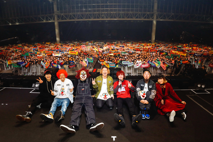 「uP!!! FESTIVAL 2018 ~SEKAI NO OWARI × WANIMA~」アンコール後に記念撮影するSEKAI NO OWARIとWANIMA。(Photo by Yosuke Kamiyama)