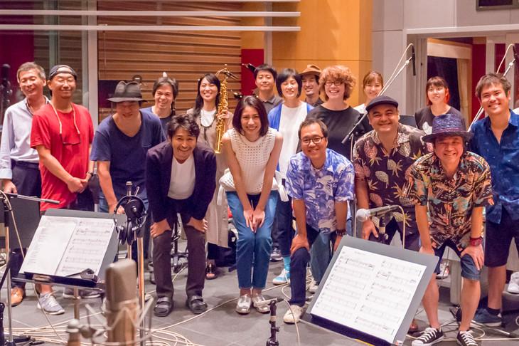 「君の歌はワルツ」レコーディング時の様子。(c)宮川サトシ/新潮社 (c)2019「母を亡くした時、僕は遺骨を食べたいと思った。」製作委員会