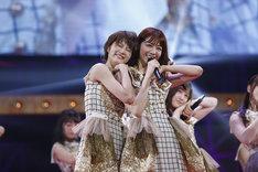 西野七瀬(右)に体を寄せる若月佑美(左)。(写真提供:ソニー・ミュージックレコーズ)