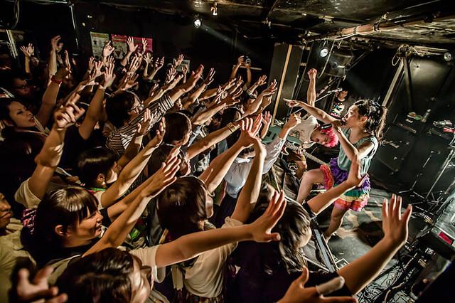 青木が初めて女性ボーカルを撮影したSEBASTIAN Xのライブ。(写真提供:青木カズロー)