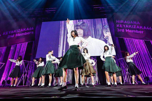 欅坂46の2期生とけやき坂46の3期生によるパフォーマンスの様子。(写真提供:ソニー・ミュージックレコーズ)