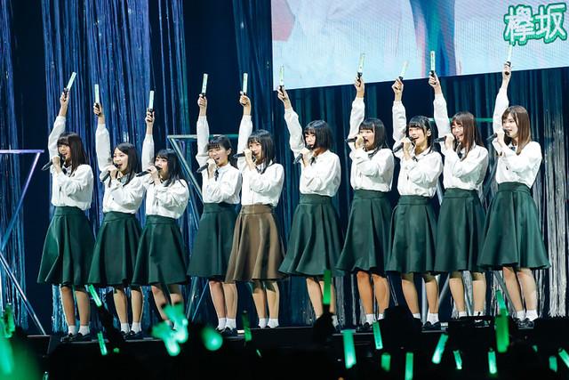 「W-KEYAKIZAKAの詩」を歌う欅坂46の2期生とけやき坂46の3期生。(写真提供:ソニー・ミュージックレコーズ)