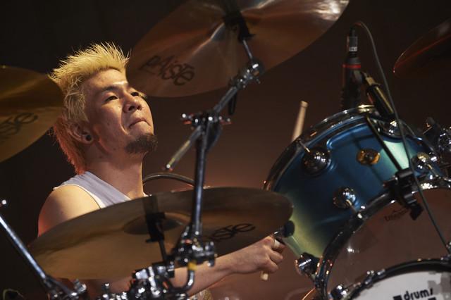 松浦英治(Dr / Ken Yokoyama)(Photo by Maki Ishii)