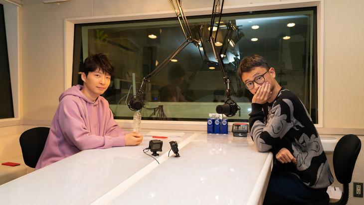 ラジオブースで語り合う星野源(左)と長岡亮介(右)。