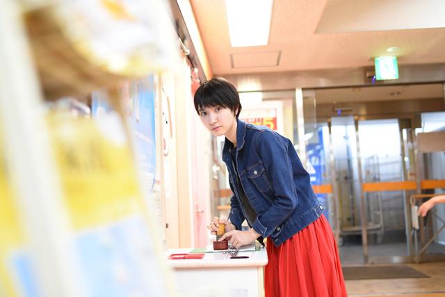 スタンプを押す南壽あさ子。