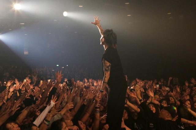 "MIYAVI「SAMURAI SESSIONS vol.3 Release Tour ""Before Worlds Collide""」愛知・DIAMOND HALL公演の様子。(Photo by Hijiri Futazuka)"