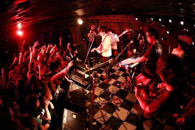2013年「2ndアルバム『大事なお知らせ』レコ発~僕たち解散しませんツアー~」で撮ったキュウソネコカミ。(写真提供:Viola Kam)