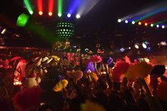 「ベッド・インと踊ろう! ~恋するマハラジャ SUPER BEAT~」東京・MAHARAJA ROPPONGI公演の様子。