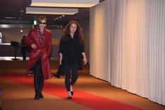 レッドカーペットを歩くYOSHIKIとサラ・ブライトマン。