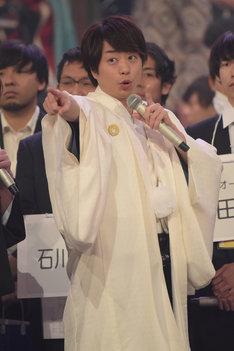 「R.Y.U.S.E.I.」の曲紹介をする白組司会・櫻井翔(嵐)。