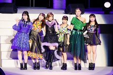 ハロプロOGによるパフォーマンス。左から須藤茉麻、矢島舞美、夏焼雅、岡井千聖、熊井友理奈、中島早貴。(写真提供:アップフロント)