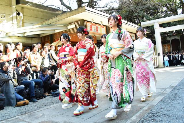 参道を歩く乃木坂46メンバー。