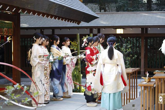 祈祷を受ける乃木坂46メンバー。(写真提供:ソニー・ミュージックレコーズ)