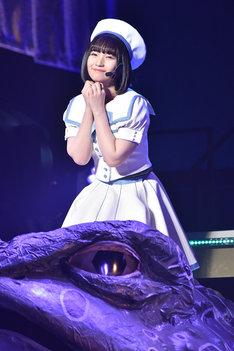 カエルのオブジェの上で「永遠プレッシャー」を歌う矢作萌夏。
