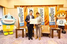 左からキャッフィー、三日月大造滋賀県知事、西川貴教、タボくん。