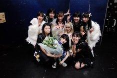 終演後のTHERE THERE THERESとuijin。(写真提供:AqbiRec)