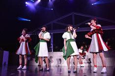 「イッショウトモダチ」を歌う安本彩花、Megu、Nao☆、小林歌穂。