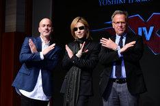 左からD・J・カルーソ、YOSHIKI、マーク・ジョンソン。