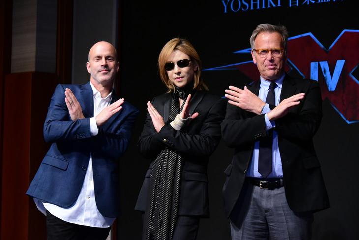 左からD・J・カルーソ監督、YOSHIKI(X JAPAN)、マーク・ジョンソンプロデューサー。
