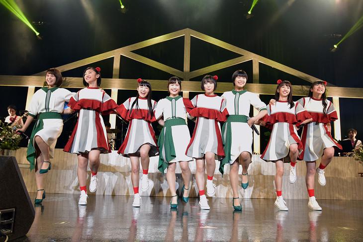 「圧倒的なスタイル」で肩を組んで踊る私立恵比寿中学とNegicco。