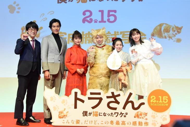 映画「トラさん~僕が猫になったワケ~」完成披露試写会の様子。左から筧昌也、要潤、多部未華子、北山宏光、平澤宏々路、飯豊まりえ。