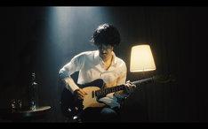 GRAPEVINE「こぼれる」のミュージックビデオのワンシーン。