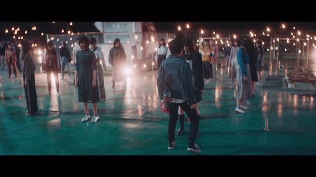 欅坂46「黒い羊」ミュージックビデオのワンシーン。